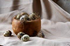 Role com ovos codorniz, ovos em um guardanapo homespun na tabela de madeira, close-up, foco seletivo Fotos de Stock