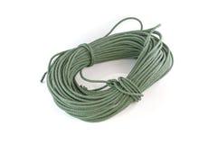 Role a corda de nylon verde grossa isolada no fundo branco Imagens de Stock