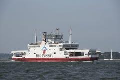 Role no rolo fora da balsa na água Inglaterra Reino Unido de Southampton Imagens de Stock