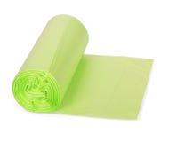 Role sacos de lixo plásticos verdes no fundo branco foto de stock royalty free