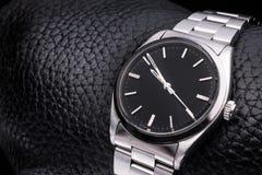Rolex-Armbanduhr, Luxuszusatz Lederner Hintergrund stockfotos