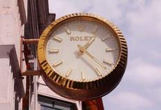Rolex marca o signage da loja como um relógio grande Em 1905 o suíço fundado Rolex é o tipo luxuoso o maior do relógio fotos de stock
