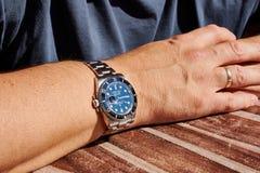 Rolex Submariner på manÂs arm arkivfoto