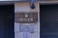 Rolex-winkel in 'via Maestra 'de hoofdstraat gewijd aan het winkelen in de stad van Alba in Italië royalty-vrije stock foto's