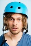 Rolig man som ha på sig cykla defin för kick för hjälmstående verkligt folk royaltyfri fotografi