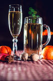 Rolig bild av en vinglas och ett ölexponeringsglas av champagne Royaltyfria Foton