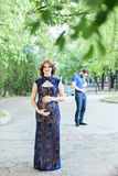 rolig bild Lycklig gravid kvinna med maken som tillsammans står Royaltyfri Fotografi
