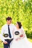 Rolig brud och brudgum med herr- och frutecken lyckligt bröllop för dag Royaltyfria Bilder