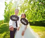 Rolig brud och brudgum med herr- och frutecken lyckligt bröllop för dag Arkivbilder