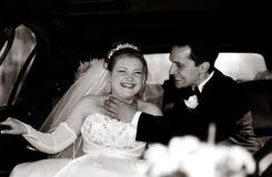 rolig brudgum för brud som har limoen royaltyfri fotografi