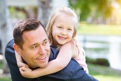 Rolig Caucasian fader och dotter som har gyckel på parkera Arkivbild