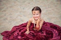 Rolig caucasian flicka i orientaliska kläder Arkivbilder