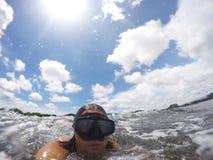 Rolig caucasian kvinna som bär en maskering för att snorkla i havet royaltyfri bild