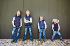 Rolig Caucasian stor familj av tre syskongrupper som poserar anseende på tillväxtbakgrund av oavkortad tillväxt för vägg lika fotografering för bildbyråer