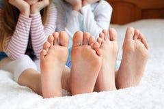 Rolig children& x27; s foots är barfota, closeup Fotografering för Bildbyråer