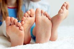 Rolig children& x27; s foots är barfota, closeup Royaltyfri Foto