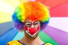 Rolig clown på en färgrik bakgrund Arkivbild