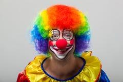Rolig clown på en färgrik bakgrund Royaltyfri Fotografi