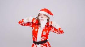 Rolig dansjulflicka med röda fluffiga Santa Hat lager videofilmer