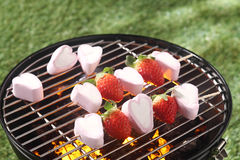 Rolig efterrätt av mogna jordgubbar och marshmallowen royaltyfri foto
