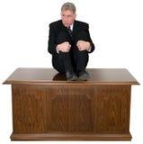 Rolig förskräckt affärsman Office Desk royaltyfri foto