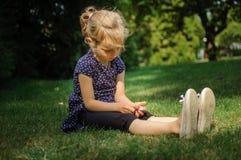 Rolig förvånad liten blond flicka som skriker i parkera Utomhus stående av det lyckliga Acive kvinnliga barnet fotografering för bildbyråer