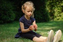 Rolig förvånad liten blond flicka som skriker i parkera Utomhus stående av det lyckliga Acive kvinnliga barnet Arkivbild
