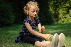 Rolig förvånad liten blond flicka som skriker i parkera Utomhus stående av det lyckliga Acive kvinnliga barnet arkivbilder
