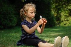 Rolig förvånad liten blond flicka som skriker i parkera Utomhus stående av det lyckliga Acive kvinnliga barnet Royaltyfria Bilder