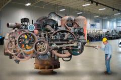Rolig fabriksarbetare, industriell maskin arkivbild