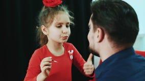Rolig familj Avla och hans kanter för målarfärger för barndotterflickan till henne fadern lager videofilmer