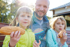 Rolig familj med varmkorvar Fotografering för Bildbyråer