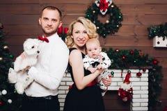 Rolig familj som står hunden och sonen för near spis den hållande, i händer och att le royaltyfri foto