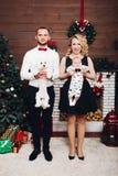 Rolig familj som står hunden och sonen för near spis den hållande, i händer och att le fotografering för bildbyråer