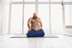 Rolig fet man som kopplar av på den matta sporten royaltyfri bild