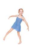 rolig flicka för blå klänning little som är nätt royaltyfri foto