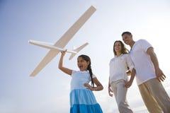 rolig flicka för familj som har den latinamerikanska nivåtoyen Arkivbilder