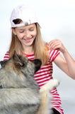 rolig flicka för hund Royaltyfria Bilder
