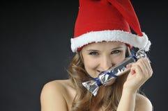 Rolig flicka för jul med godisen Royaltyfria Bilder