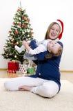 rolig flicka för jul som har henne liten mom Royaltyfria Bilder