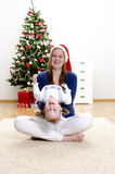 rolig flicka för jul som har henne liten mom Royaltyfri Foto