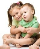 rolig flicka för pojkebarn som har två Royaltyfri Foto