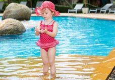 Rolig flicka för litet barn nära simbassäng på tropisk semesterort i Thailand, Phuket Royaltyfri Bild
