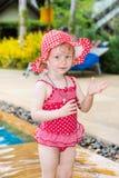 Rolig flicka för litet barn nära simbassäng på tropisk semesterort i Thailand, Phuket Royaltyfria Bilder