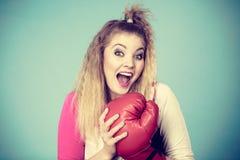 Rolig flicka i röda handskar som spelar att boxas för sportar Royaltyfri Foto