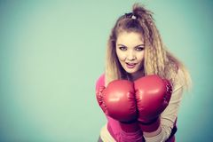 Rolig flicka i röda handskar som spelar att boxas för sportar Arkivfoto