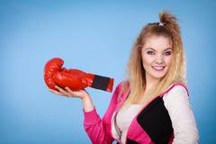 Rolig flicka i röda handskar som spelar att boxas för sportar Royaltyfri Fotografi