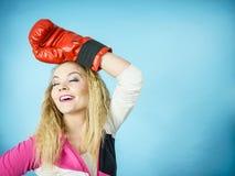 Rolig flicka i röda handskar som spelar att boxas för sportar Arkivbilder