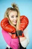 Rolig flicka i röda handskar som spelar att boxas för sportar Royaltyfria Bilder