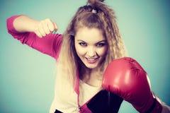 Rolig flicka i röda handskar som spelar att boxas för sportar Arkivfoton